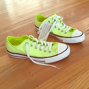 Converse neon yellow sz 7.5 NWT, must have!